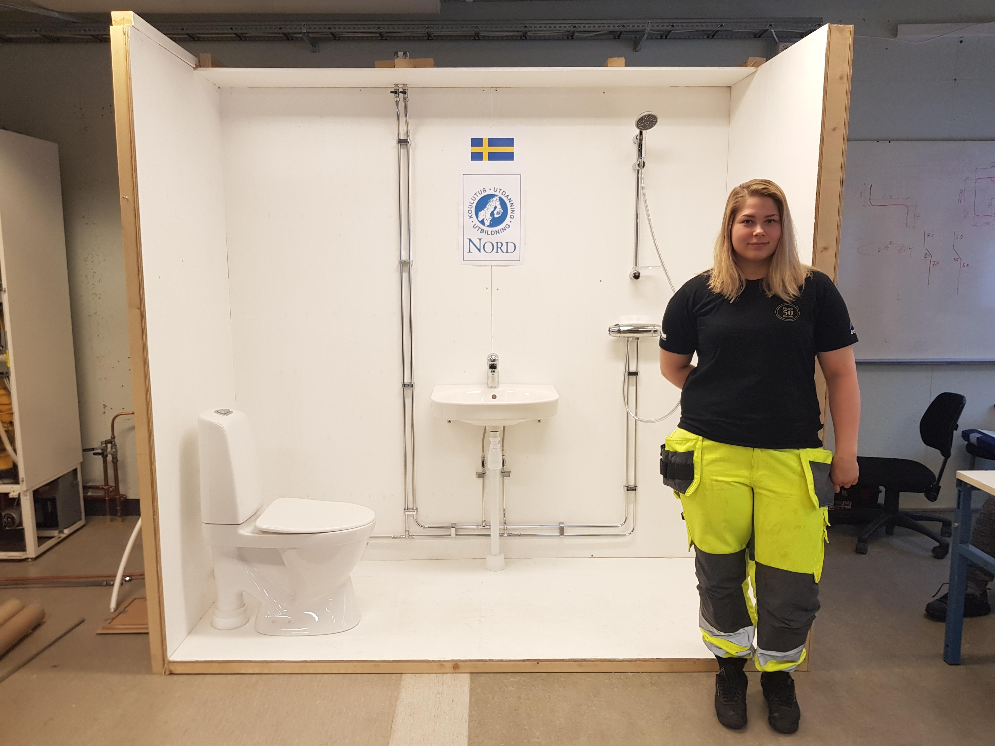 Karolina Bucht ArcticSkillsin kilpailutehtävänsä edessä.