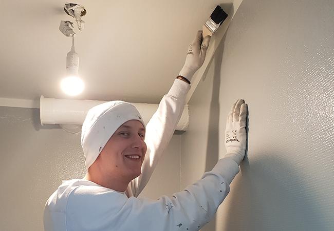 Kevin Forsman kan nu efter examen söka jobb som målare