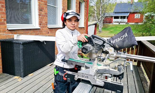 Tytöt – Valitkaa rakennusalan koulutus, toista vuotta alalla opiskeleva Premwade Korva kehottaa.